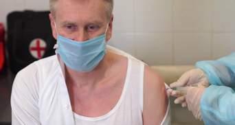 Голову НСЗУ вакцинували проти коронавірусу залишками Covishield: відео