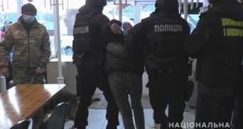 У сумському кафе поліція шукала наркотики, а знайшла зброю: фото