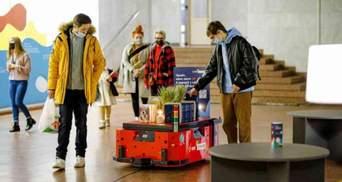 Перший у світі: в Україні з'явився робот-бібліотекар – допоможе обрати книгу