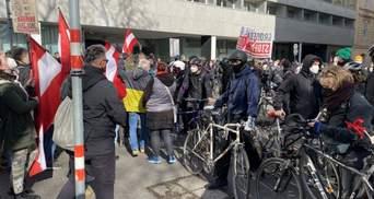 """""""Курца у відставку"""": у Відні люди вийшли на масові антикарантинні протести – відео"""