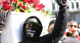 С гробом и цветами: в США люди вышли на акцию перед судом по убийству Флойда – фото