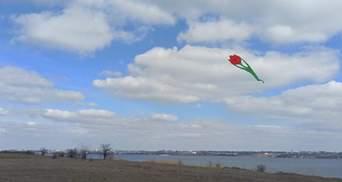 К 8 Марта: на Николаевщине в небо запустили семиметровые тюльпаны