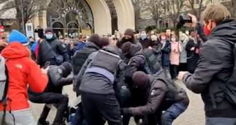 На Марше женщин в Киеве мужчина пытался перекрыть вход в метро: видео задержания