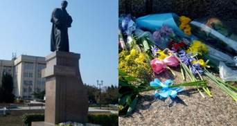 В Севастополе к памятнику Шевченко приносили сине-желтые цветы: красноречивые фото
