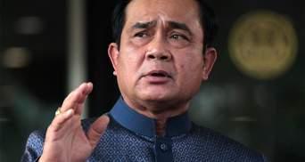 Не сподобались питання: прем'єр Таїланду оббризкав журналістів антисептиком – відео