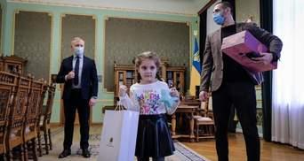 Зеленский поздравил с 8 Марта девочку, которую затравили в садике Черновцов: милые фото