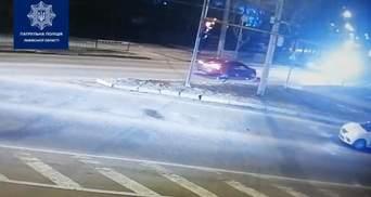 Кинувся під колеса: у Львові патрульні оштрафували пішохода – відео