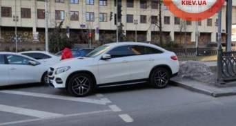 В Киеве пешеход прошелся по машине, которую припарковали на переходе: видео