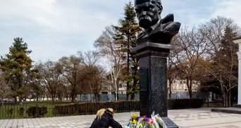 Клали квіти до пам'ятника Шевченка: в окупованому Криму затримали 2 українців