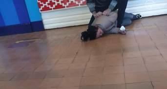 """В Мариуполе пьяная мать пришла забирать ребенка из школы: директор ее """"скрутил"""" – видео"""