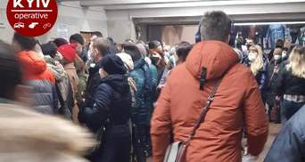 Через вже оновлені турнікети: у метро Києва утворилася жахлива тиснява – фото