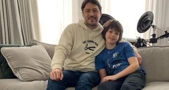 Одягнув різні шкарпетки: Сергій Притула привітав з Днем людей із синдромом Дауна