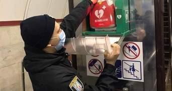 Благодаря дефибриллятору: в Киевском метро полицейский спас жизнь пассажиру