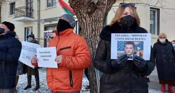 Проплачені фанати Лукашенка пікетували посольства США та України в Мінську
