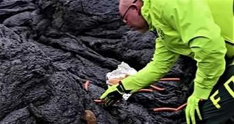 После извержения: мужчина приготовил сосиски для хот-догов на лаве вулкана в Исландии – видео