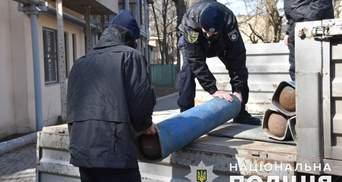 Нет мужчин: одесские полицейские помогли разгрузить баллоны с кислородом для больницы