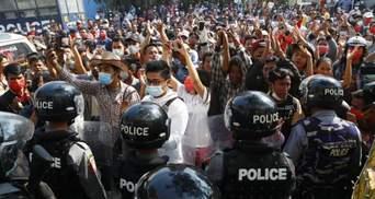 Протести у М'янмі: військові 12 країн засудили насильство проти населення