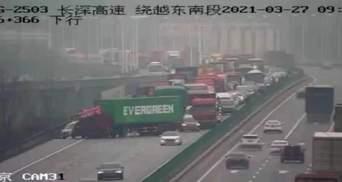 Збіг чи пранк: у Китаї вантажівка Ever Green перегородила трасу