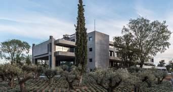 Бруталическая архитектура в сосновом лесу: редкий образец заброшенного здания в Греции
