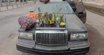 У Чернівцях рідкісний лімузин Lincoln перетворили на прилавок для торгівлі картоплею: фото