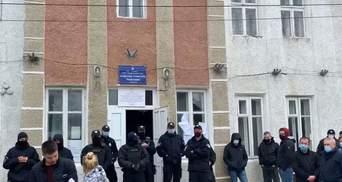 На Прикарпатті досі не можуть підрахувати голоси, дільницю оточила поліція