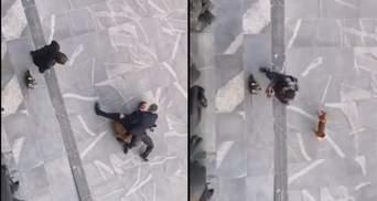 У Словенії чоловік з бензопилою і собакою протестував біля парламенту: відео