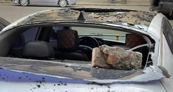 С кинотеатра в Одессе посыпались кирпичи: пострадало несколько автомобилей – фото