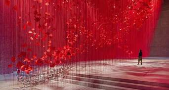 Надежда во время пандемии: художница создала инсталляцию из 10 тысяч писем со всего мира