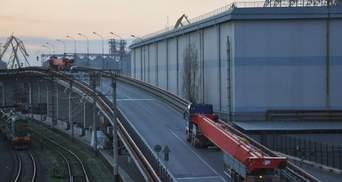 Унікальна операція: в Одесі транспортували величезний електричний кран – фото