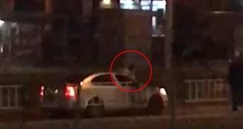 У Львові чоловік під наркотиками стрибав на авто, які їхали поруч