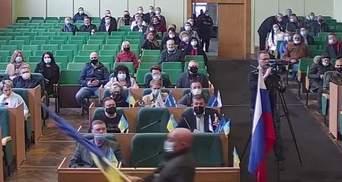 У роковини окупації Слов'янська до зали місцевої ради внесли російський прапор: відео