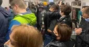 Без дотримання карантину: у метро Києва знову не проштовхнутися через натовп пасажирів