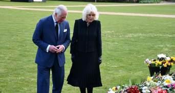 Скорботні принц Чарльз з Каміллою прогулялись, аби побачити подарунки британців для Філіпа