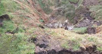 У селі на Львівщині утворилось велике карстове провалля неподалік житлового будинку – фото