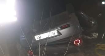 """На Львовщине авто слетело с моста и перевернулось: водителя """"вырезали"""" из салона – фото"""