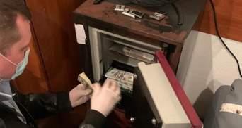 """Перераховували """"пачки"""" грошей: показали відео обшуків у брата Вовка"""