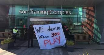 Вболівальники МЮ увірвалися на клубну базу та вимагають зміни власника