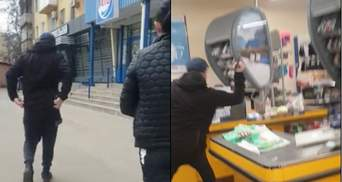 В Мариуполе мужчина топором разгромил супермаркет, защищая жену: видео 18+