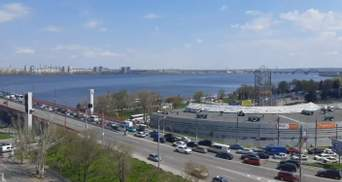Центр Днепра стоит из-за аварии с троллейбусом на Новом мосту: видео масштабной пробки