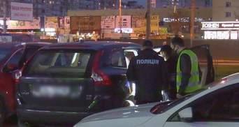 Требовал 5 тысяч долларов: в Киеве мужчина захватил авто с женщиной и дочерью – фото