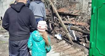 Оккупанты попали снарядом во двор с тремя детьми: фото