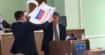 """На депутата от ОПЗЖ Устинова хотели повесить плакат """"Пособник оккупанта"""": видео"""
