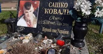 В Хотине неизвестные изуродовали могилу бойца АТО: фото