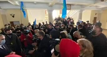 Мітингувальники увірвалися до міськради: у Миколаєві підприємці протестують проти карантину