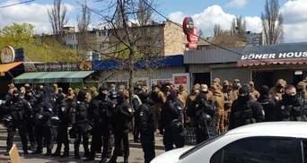 Сносят МАФы на левом берегу: в Киеве начались столкновения с полицией – видео