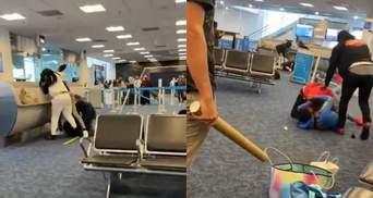 Не поделили места в самолете: в Чикаго пассажиры устроили массовую драку – эпическое видео