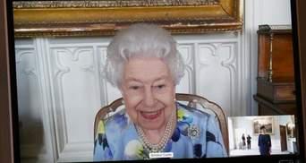 Улыбающаяся и в цветочном платье: Елизавета II впервые появилась на публике после потери мужа