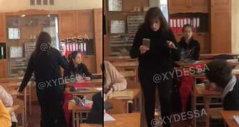 В Одесі учень 8 класу розпилив перцевим балончиком в обличчя вчительці