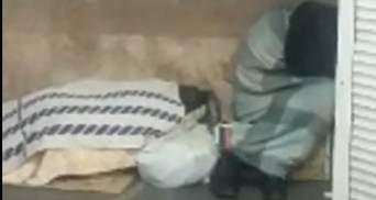 Киевлян шокировали бездомные, которые спят в метро: фото