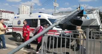 В Харькове на мужчину упал светофор: видео с места инцидента